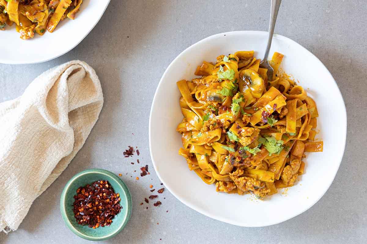 תבשיל אטריות עם פטריות וחזה עוף